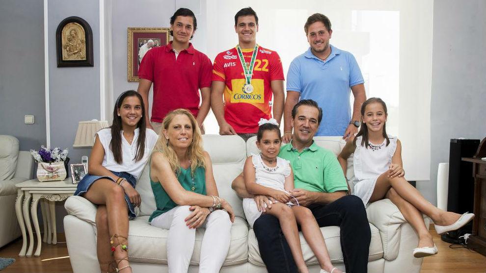 Nacho, Chema y Richi (arriba de izquierda a derecha); Almu, Carmina,...