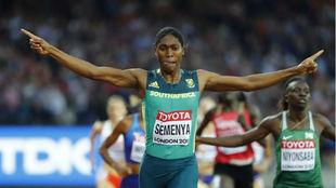 Caster Semenya cruzando la meta de la final de los 800m.