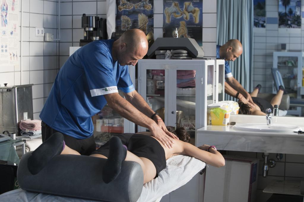 Durante la primera sesión de fisioterapia con Diego Chapinal.