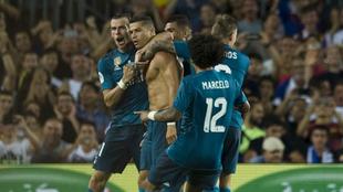 Cristiano Ronaldo felicitado por sus compañeros tras el gol.