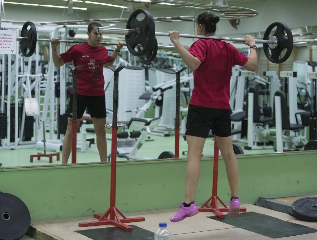 Carolina Marín entrenándose con las pesas en el gimnasio.