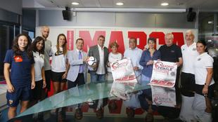 Los representantes de los equipos junto a Juan Ignacio Gallardo,...