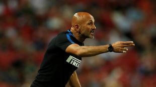 Luciano Spalletti (58) da instrucciones durante un partido del Inter...