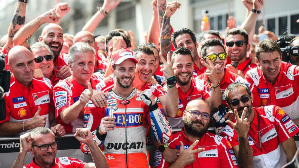 Dovizioso celebra la victoria en Spielberg con su equipo