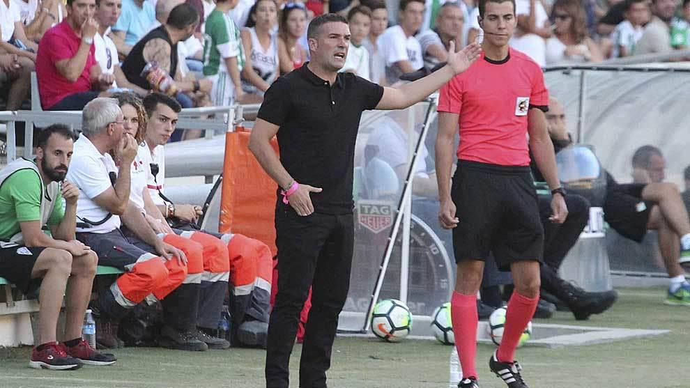 Luis Carrión, técnico del Córdoba, durante el amistoso ante el...