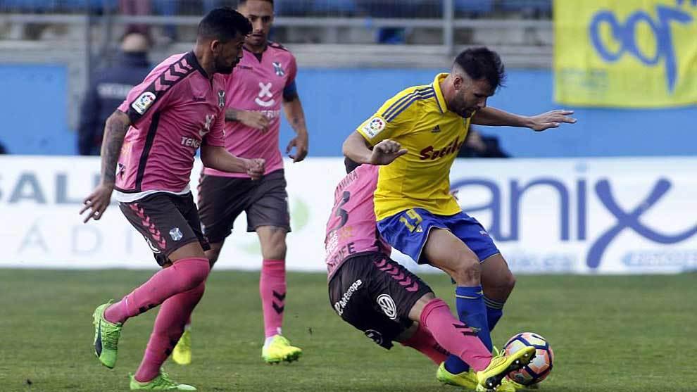 Ortuño intenta controlar el balón ante Raúl Cámara en una de las...