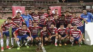 Los jugadores del Granada celebran la conquista de su trofeo ante el...
