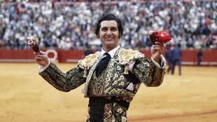 Morante de la Puebla posa en la plaza de toros