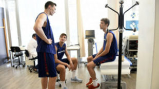 Rodions Kurucs charla con Maxim Esteban y Sergi Mart�nez