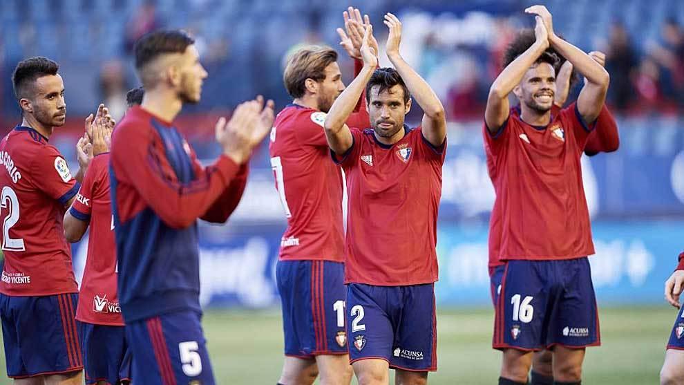 Los jugadores de Osasuna aplauden a su afición tras el triunfo ante...