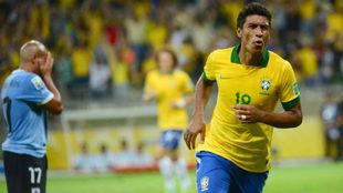 Paulinho celebra un gol con Brasil.