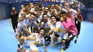 Los Hispanos Júnior celebrando su triunfo tras el encuentro con...