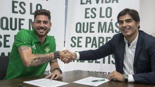 Javi García, saludando a Ángel Haro