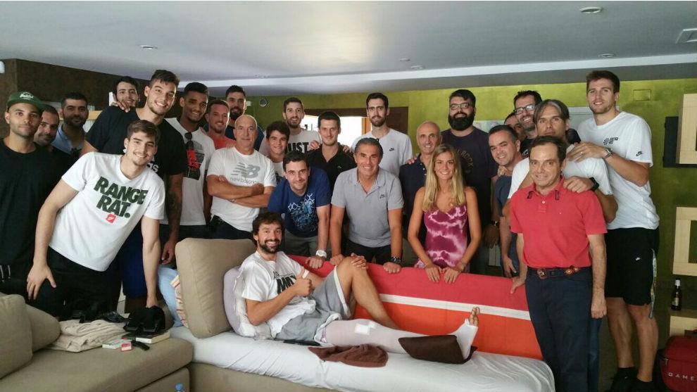 Parte de la selección española en su visita a Sergio Llul.