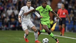Marvin Zeegelaar se lleva un balón ante la Gareth Bale.