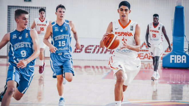 Santiago Aldama lleva el balón en el partido ante Estonia.