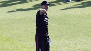 Simeone da indicaciones durante el entrenamiento del martes.