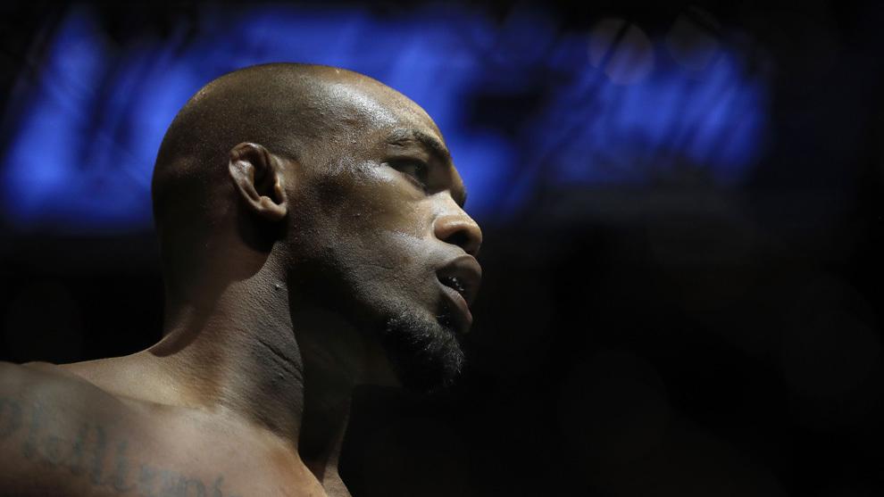 Jones (30) en el octágono antes de su combate ante Cormier.