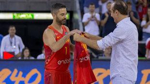 Navarro recibe una camiseta conmemorativa de manos de Epi