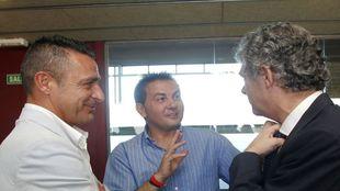 Gabi Moya (izquierda), junto a Ángel María Villar (derecha) y Juan...