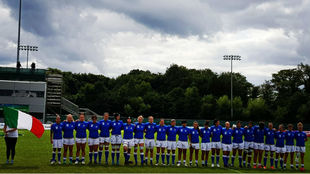 La selección italiana durante los himnos en el partido contra...