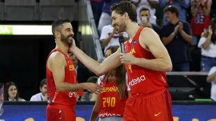 Pau Gasol felicita a Juan Carlos Navarro