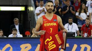 Navarro sostiene la camiseta que le regalaron como homenaje