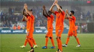 Jugadores del Basaksehir saludan a la afición.