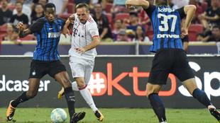 Kondogbia disputa el balón con Ribéry