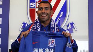 Tevez posa con la camiseta del Shanghai Shenhua