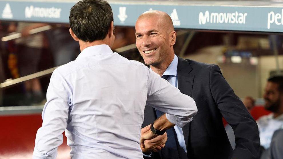 Zidane saluda a Valverde antes del partido en el Camp Nou