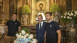 Zapater y Ros posan con Lapetra ante la Virgen del Pilar.