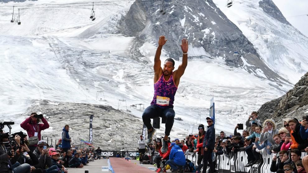 Taylor realiza uno de sus intentos al pie del glaciar de Tignes