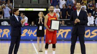 Juan Carlos Navarro en el momento en el que recibió el homenaje