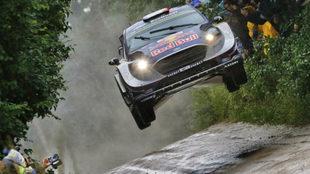 Ogier da un espectacular salto en el Rally de Polonia.