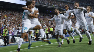 Los jugadores del Real Madrid celebran el tanto de Asensio.