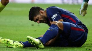 Suárez se duele de la rodilla sobre el césped del Bernabéu.