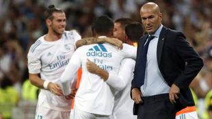 Zidane en primer plano mientras sus futbolistas celebran tras de él...