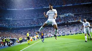 Asensio (21) celebra tras anotar el primer gol para el Real Madrid en...