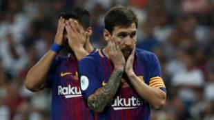 Messi (30) y Luis Su�rez (30) se lamentan tras la derrota en el...
