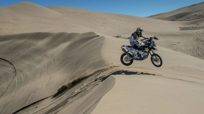Pablo Quintanilla sortea una duna en el Rally Atacama.