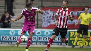 Álex Pérez despeja un balón en el amistoso de pretemporada frente...