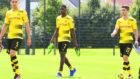 Dembélé (20), junto a Marc Bartra (26) y Christian Pulisic (18) en...