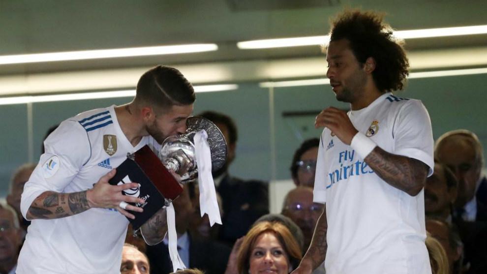Ramos y Marcelo, dos de los nominados recibiendo la Supercopa de...