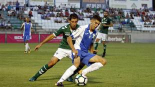 Israel Castro, presionando, en un partido ante el Leganés esta...