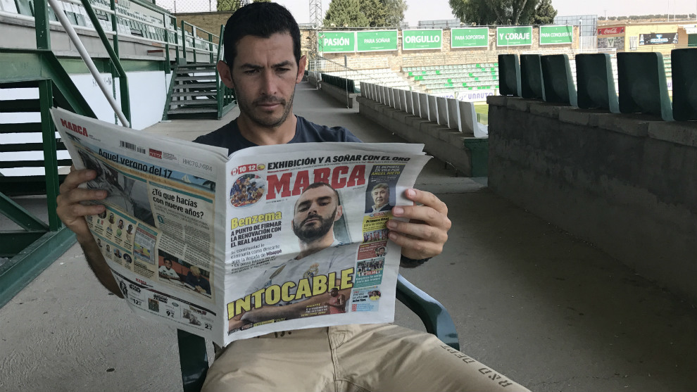 Israel Castro, con el diario MARCA durante la entrevista.