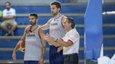 Juan Carlos Navarro, Pau Gasol y Sergio Scariolo en el entrenamiento.