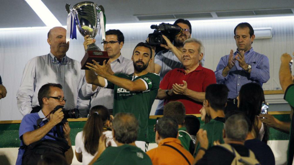 El capitán del Toledo, levantando un trofeo esta pretemporada.