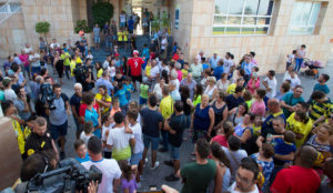 Decenas de personas acudieron a la ciudad deportiva para la...