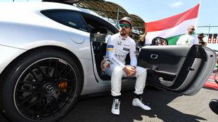 Alonso, sentado en el coche de seguridad antes de la carrera de...